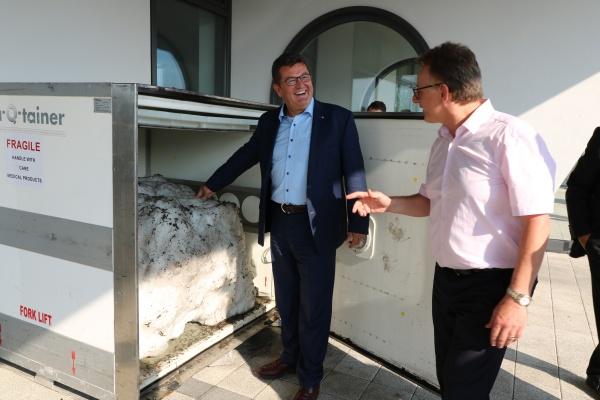 Bavarian State Minister of Ecoomic Affairs, Energy & Technology Franz Josef Pschierer visits va-Q-tec